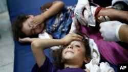 Anak-anak Palestina yang terluka akibat serangan meriam Israel mendapat perawatan sementara (24/7).