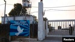 Binh sĩ duy trì hòa bình đứng tại lối vào 1 cơ sở của Liên Hiệp Quốc cạnh cửa khẩu biên giới Quneitra nằm giữa Cao nguyên Golan và Syria, 29/8/2014.