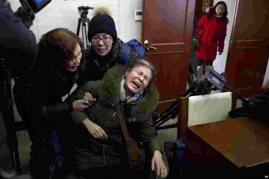 زجه های یک مادر در واکنش به متوقف شدن عملیات جستجوی پرواز ۳۷۰ مالزی که دخترش یکی از سرنشین های آن بود. این عملیات بعد از سه سال بدون نتیجه پایان یافت.