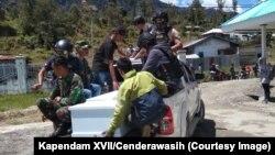 Proses evakuasi salah satu korban penembakan di Kabupaten Intan Jaya, Papua, pada 26 Oktober 2019. (Foto: Kapendam XVII/Cenderawasih)