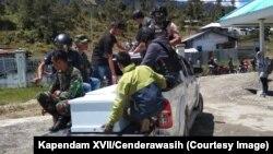 Proses evakuasi salah satu korban penembakan di Kabupaten Intan Jaya, Papua, yang terjadi pada 26 Oktober 2019. Kemarin, 17 Desember 2019, kembali terjadi kontak senjata antara KKB dan TNI, menewaskan dua prajurit TNI. (Foto: Kapendam XVII/Cenderawasih)