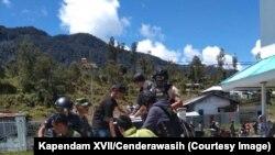 Proses evakuasi salah satu korban penembakan di Kabupaten Intan Jaya, Papua, Sabtu, 26 Oktober 2019, sebagai ilustrasi. (Foto: Kapendam XVII/Cenderawasih)