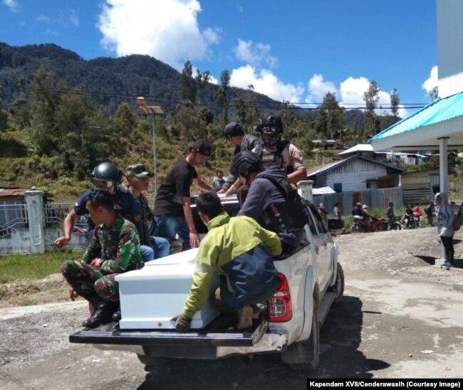 Ilustrasi. Proses evakuasi salah satu korban penembakan di Kabupaten Intan Jaya, Papua, Sabtu, 26 Oktober 2019. (Foto: Kapendam XVII/Cenderawasih)