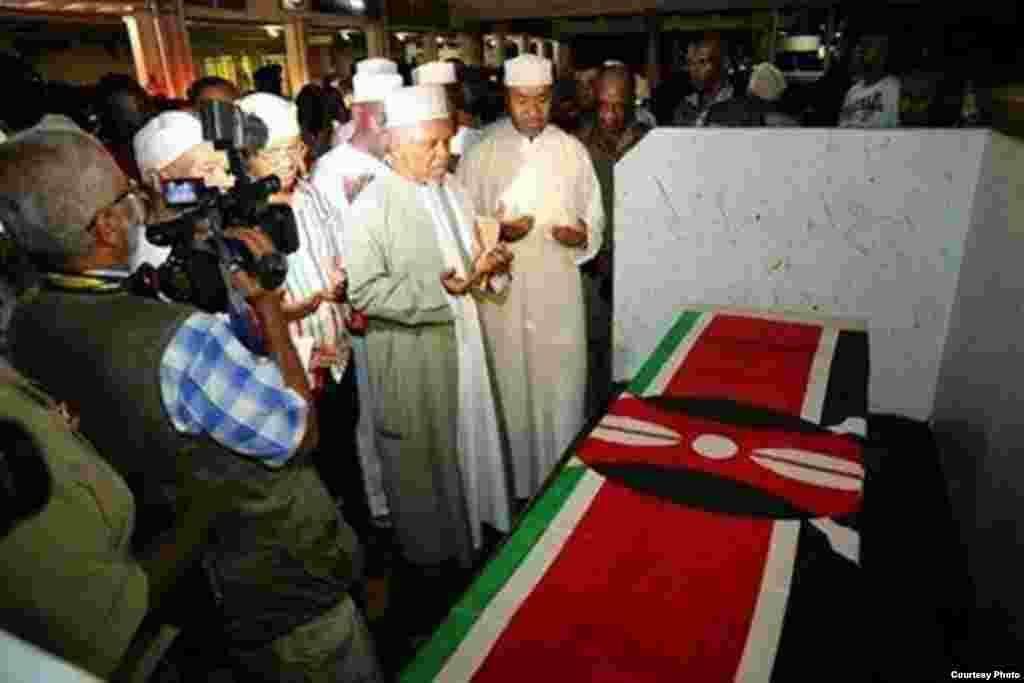 Viongozi wa Mombasa watoa dua mbele ya jeneza la Profesa Mazrui lilipowasili Mombasa