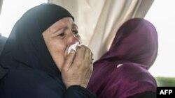 Une femme en pleurs à l'aéroport du Caire le 19 mai 2016.