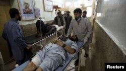 Một người đàn ông bị thương được đưa đi điều trị tại bệnh viện sau cuộc tấn công tự sát ở Asadabad, thủ phủ của tỉnh Kunar, Afghanistan ngày 27 tháng 2 năm 2016.
