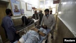 아프가니스탄 동부 쿠나르주에서 27일 발생한 자살폭탄 공격 피해자가 병원으로 이송되고 있다.