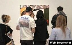 تماشاگران در مقابل تابلوی «امت تیل» از دینا شوتز در بیینال موزه ویتنی Photo by A. Goldstein