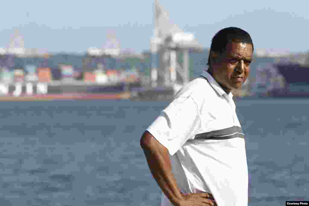 Desmond D'Sa dari Afrika Selatan menolak proyek US$10 miliar untuk mengembangkan pelabuhan Durban, yang menurutnya akan mengusir ribuan warga, memperburuk masalah pengelolaan limbah dan meningkatkan polusi. (Goldman Environmental Prize)