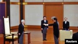 Novi premijer Japana Šinzo Abe polaže zakletvu pred carem Akihitom na ceremoniji u carskoj palati u Tokiju.