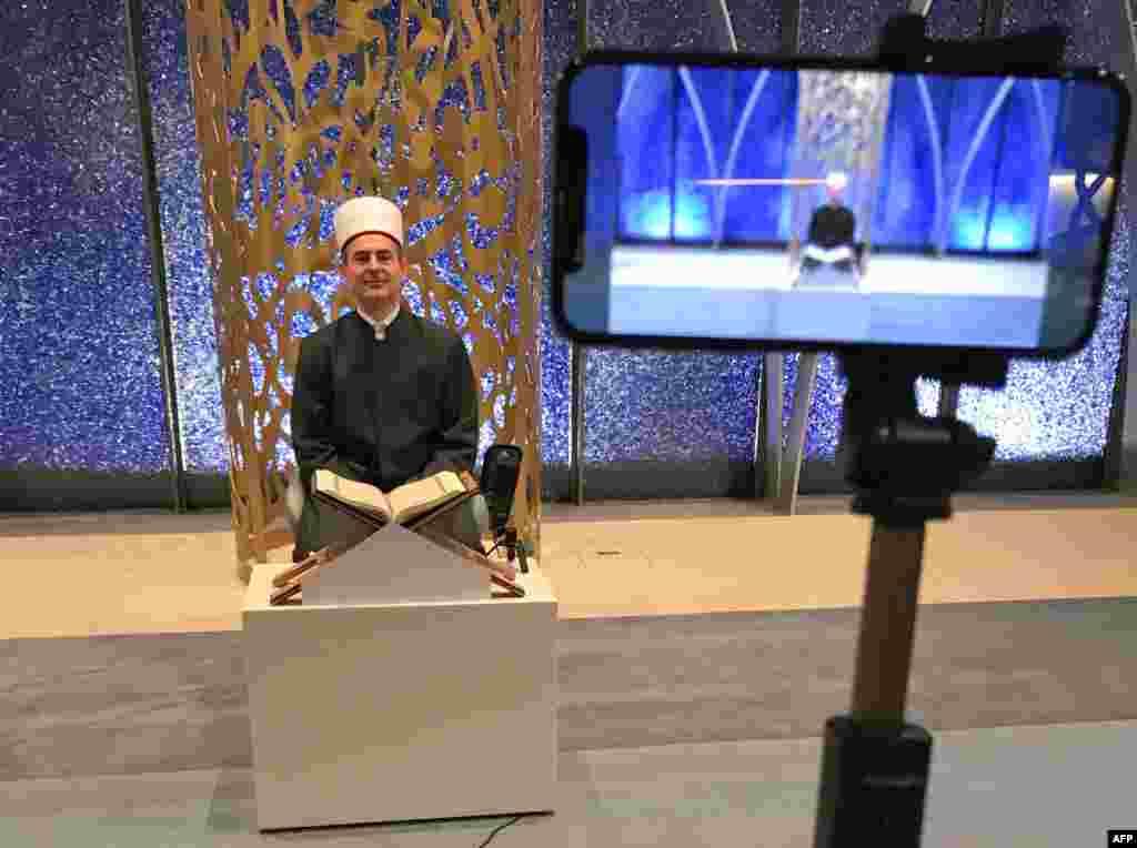 جرمنی کی ایک مسجد کے پیش امام ویڈیو اسٹریمنگ کے ذریعے لوگوں کو تلاوت سنا رہے ہیں۔ ویڈیو اسٹریمنگ کے ذریعے جرمنی میں رہائش پذیر لوگوں کی ایک بڑی تعداد اپنے گھروں پر رہتے ہوئے تلاوت سنتی ہے۔