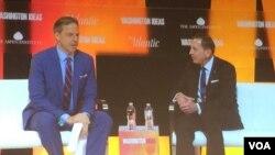 前中情局局長彼得雷烏斯將軍(右)與CNN主持人特普爾對話(美國之音莉雅拍攝)