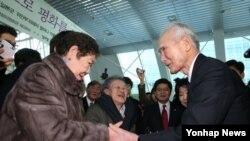 한국 정의당 초청으로 한국 국회를 방문한 무라야마 도미이치 전 일본 총리(오른쪽)가 11일 국회에서 열린 일본군 위안부 피해자 할머니 작품전을 찾아 강일출 할머니 등과 인사하고 있다.