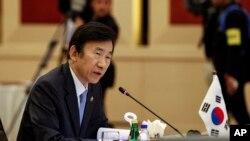 윤병세 한국 외교부 장관이 5일 말레이시아 쿠알라룸푸르에서 열린 동남아시아국가연합(ASEAN) 회의에서 발언하고 있다.