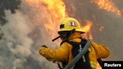 Một lính cứu hỏa đang cố gắng dập tắt đám cháy ở Point Mugu State Park, 3/5/2013