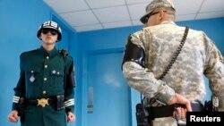 지난 4월 판문점의 유엔사 군사정전위원회 회의실을 지키는 한국 헌병(왼쪽)과 미군 병사.