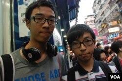 兩位香港中學五年級學生張同學(左)及關同學一起參與街頭論壇,他們對佔領中環運動都表示關注