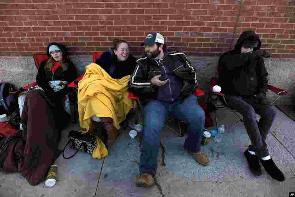 Bargain hunters wait outside a Best Buy to be among the first to purchase discounted electronics when the store opens its doors at 6 p.m. on Thanksgiving Day in Atlanta, Georgia, Nov. 28, 2013.