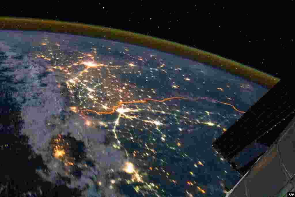 Biên giới Ấn Độ-Pakistan là một đường màu cam trong hình chụp từ trên Trạm Không Gian Quốc Tế. (NASA)