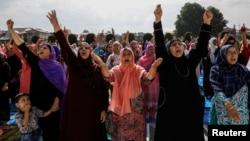 سری نگر میں کشمیری خواتین عید الاضحیٰ کی نماز کی ادائیگی سے قبل آزادی کے حق میں نعرے لگا رہی ہیں۔ 12 اگست 2019