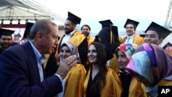 Le président Recep Tayyip Erdogan de la Turquie parle avec des étudiants de l'Université Sabahattin Zaim à Istanbul, 5 juin 2016. (Yasin Bulbul, Presidential Press Service / Pool via AP)