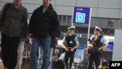 Cảnh sát liên bang Ðức đi canh phòng trong sân bay ở Frankfurt