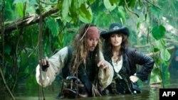 Герои Джонни Деппа и Пенелопы Круc демонстрируют тяготы пиратской жизни.