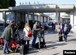 Mətbuat mənsubları İsveçrənin Sürix şəhərində yerləşən Baur au Lac hotelinin önündə gözləyirlər. 27 may 2015