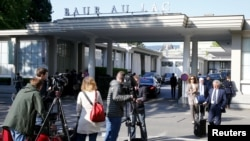 Members of the media stand outside the Baur au Lac hotel in Zurich, Switzerland, May 27, 2015. Six soccer officials were arrested in Zurich on Wednesday and detained pending extradition to the United States over suspected corruption at soccer's governing