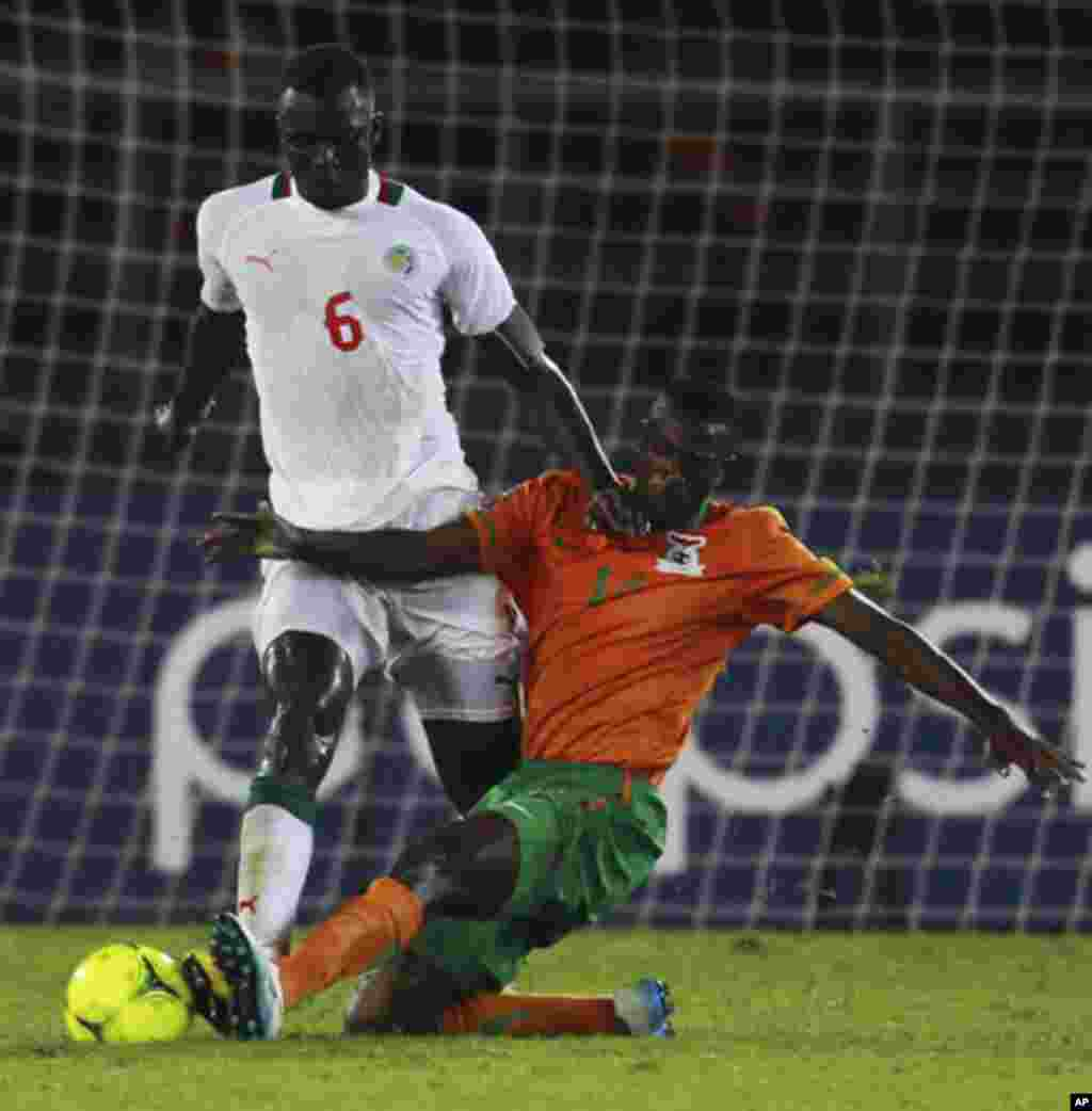 "Noah Chivuta of Zambia (R) challenges Abdou Kader Mangane of Senegal during the African Nations Cup soccer tournament in Estadio de Bata ""Bata Stadium"", in Bata January 21, 2012. REUTERS/Amr Abdallah Dalsh (EQUATORIAL GUINEA - Tags: SPORT SOCCER)"