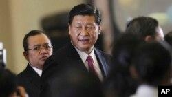 中国国家主席习近平在印尼国会发表过演说后离开国会大厦。(2013年10月3日)