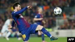 L'attaquant Lionel Messi du FC Barcelone contrôle le ballon lors du match retour de la Ligue des champions contre le FC Chelsea au stade Camp Nou de Barcelone, le 14 mars 2018.