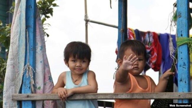 Trẻ em tại khu tạm cư mới. Photo VOV.