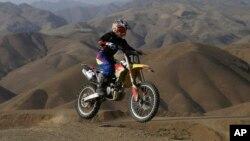 بهناز شفیعی در حال تمرین در دامنه کوه های البرز در اطراف روستای برغان، حدود ۳۰ کیلومتری غرب تهران - ۱۵ خرداد ۱۳۹۴