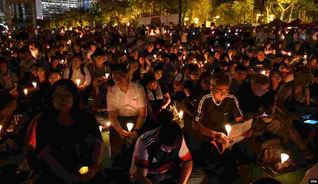 數以萬計群眾參與維園六四燭光集會 (美國之音湯惠芸拍攝)