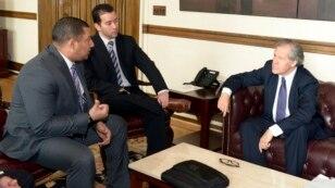 Estudiantes venezolanos conversan con el secretario general de la OEA, Luis Almagro (derecha), a quien le expusieron las dificultades que atraviesan por la falta de divisas para pagar sus estudios en el exterior.