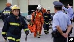 Nhân viên cứu hỏa rời nhà kho đông lạnh ở quận Bảo Sơn, Thượng Hải, 31/8/2013