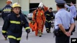 2013年8月31消防队员从上海翁牌冷藏实业有限公司正门走出