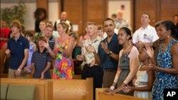 在夏威夷休假的奥巴马夫妇和女儿们在教堂唱歌