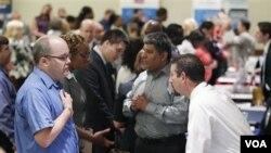 Para pencari kerja AS menghadiri bursa kerja di Arlington, Virginia (4/8). Angka pengangguran di AS tetap pada 9,1 persen karen tak ada pertumbuhan lapangan kerja di bulan Agustus.
