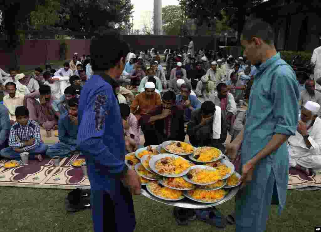 Para relawan membagikan makanan berbuka puasa Ramadan untuk kaum muslim di Lahore, Pakistan, 7 Mei 2019. (Foto: AP)
