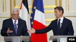 Presiden Palestina Mahmud Abbas dalam jumpa pers bersama Presiden Perancis Nicolas Sarkozy di Paris hari ini.