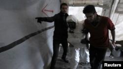 敘利亞反政府武裝醫療人員正接受訓練如何處理受化學武器襲擊時的情景