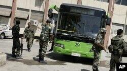 叙利亚安全部队在首都大马士革郊外持枪警戒
