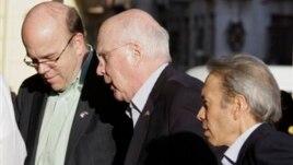 Američki senator Patrik Lejhi (C) stiže u Havanu u pratnji kongresmena Džima Megaverna (L)