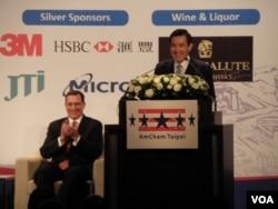 马英九总统3月21日晚致辞, 台北美国商会会长余智敦(左坐者)(申华拍摄)
