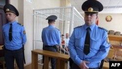 Ông Nikolai Statkevich, một cựu ứng cử viên tổng thống thuộc phe đối lập, bị nhốt trong khung sắt tại một phiên xử ở Minsk, Belarus, ngày 26 tháng 5, 2011