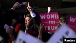 Les militants républicains sautent de joie en regardant les résultats de l'élection presidentielle, le 8 novembre 2016 à New York.