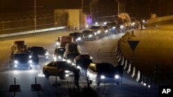 Xe của nhân viên Nam Triều Tiên từ khu công nghiêp Kaesong trở về nước