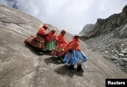 Perempuan suku pribumi Aymara berlatih menuruni gletser di gunung Huayna Potosi, Bolivia 6 April 2016. (REUTERS)